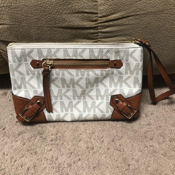 MICHAEL Michael Kors Handbags - Michael Kors XL wristlet / like new condition